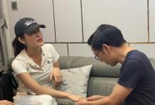 BS Toàn khám tay cho á hậu HM, bị giãn dây chằng do chơi golf